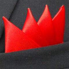 Färdigvikt bröstnäsduk Fyrspets Röd